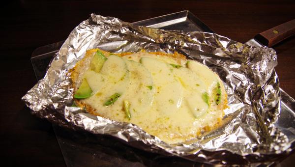チーズとアボガドの鉄板焼き